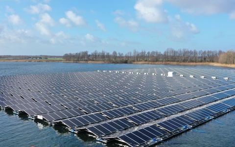 Het drijvende zonnepark bij Oosterwolde.