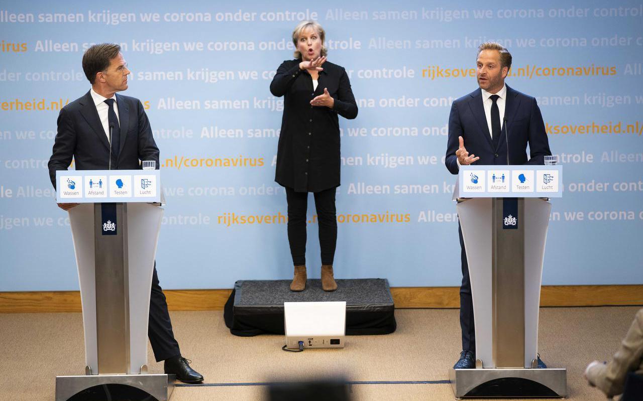 Demissionair premier Mark Rutte en demissionair minister Hugo de Jonge van Volksgezondheid, Welzijn en Sport tijdens een persconferentie over versoepeling van de coronamaatregelen.