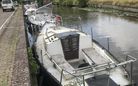 De Berltsumer Feart ligt vol met oude, vervallen boten.