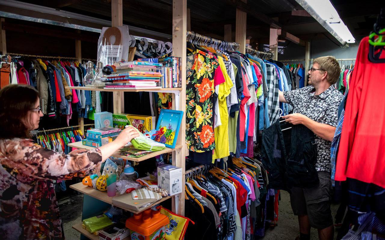 Sandra Benedick Elzinga en Chris Benedick in de kledingbank in Ureterp voor minima uit de omgeving.