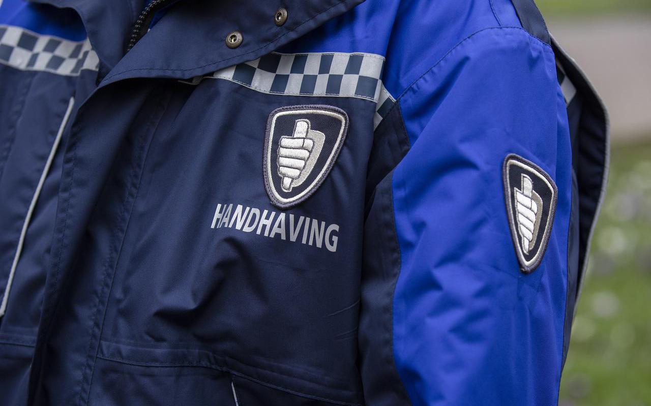 Close-up van een jas bij de presentatie van een buitengewoon opsporingsambtenaar.