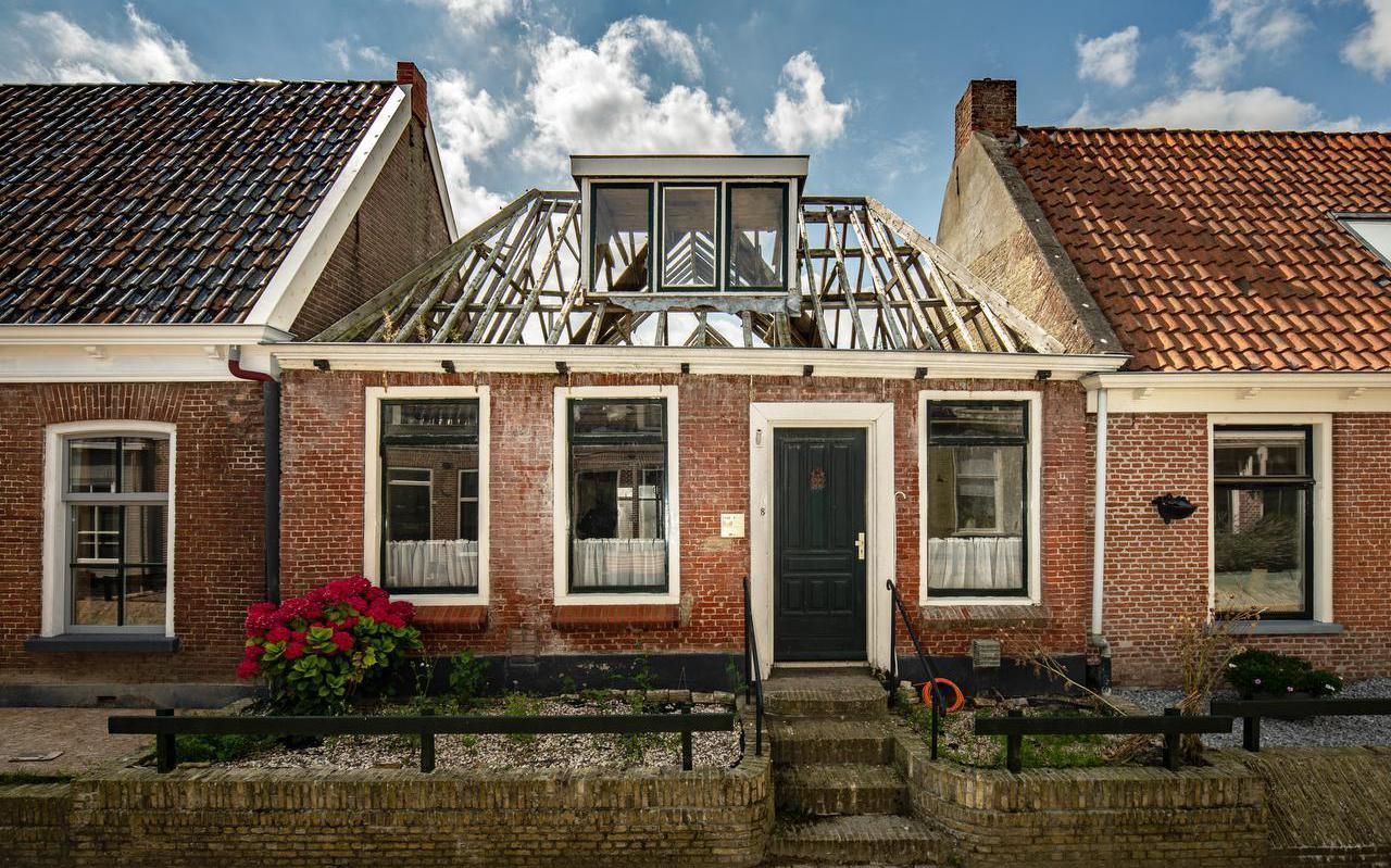 De oude woning van Waling Dykstra in Holwerd verkeert momenteel in verwaarloosde staat.