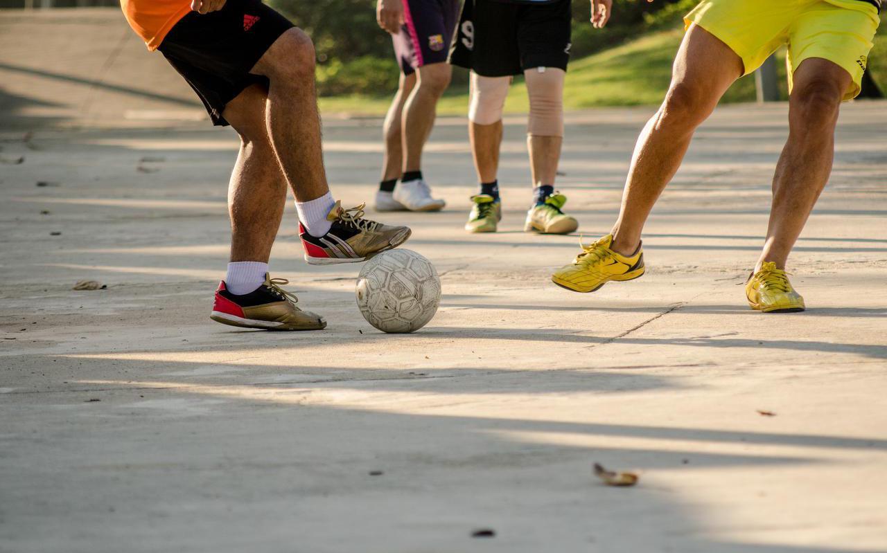 Voetbal in een voetbalkooi