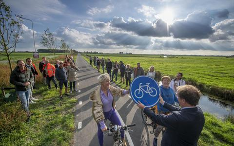 Na twintig jaar strijd is het fietspad tussen Warten en Grou dan eindelijk geopend.