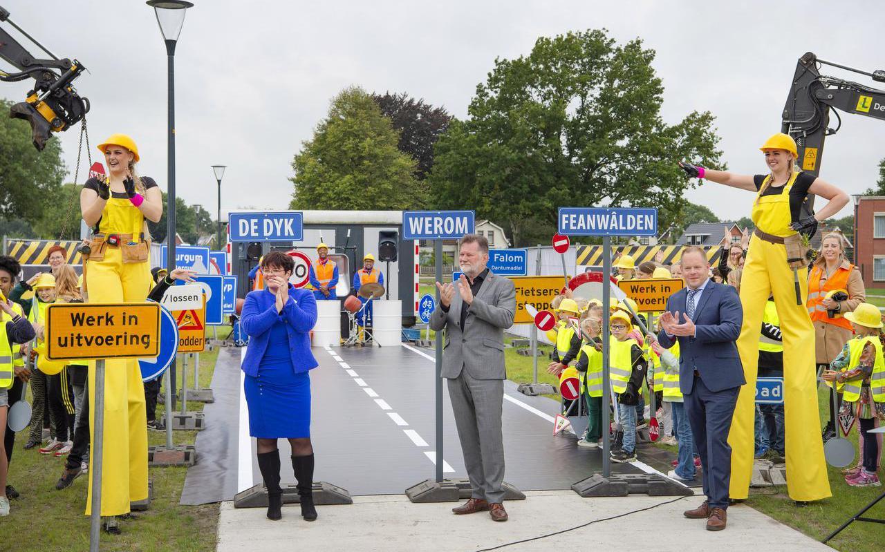 Wethouder Tietsy Willemsma van Tytsjerksteradiel, gedeputeerde Klaas Fokkinga en wethouder Kees Wielstra van Dantumadiel sloten gisteren onder toeziend oog van basisschoolleerlingen van Feanwâlden het Kansen in Kernen-project af.