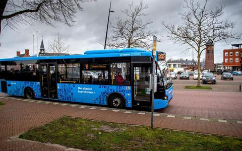Een bus van Arriva op het Torenplein in Surhuisterveen.