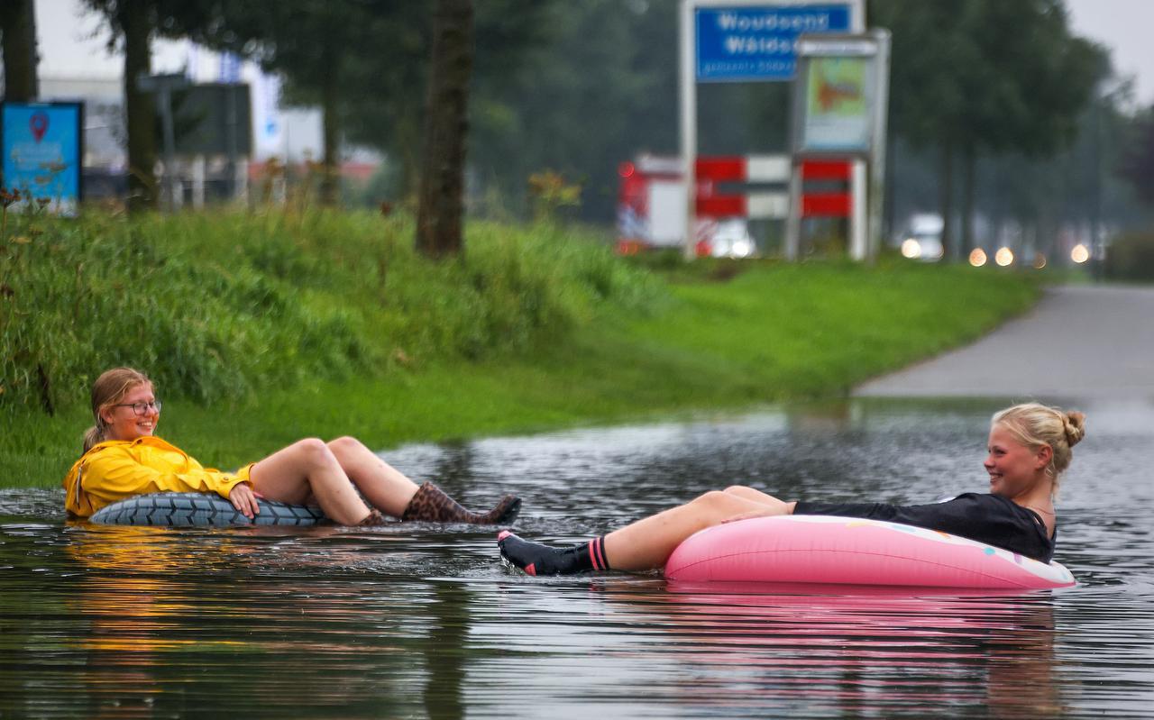 Waterplezier na stortbuien in Woudsend.