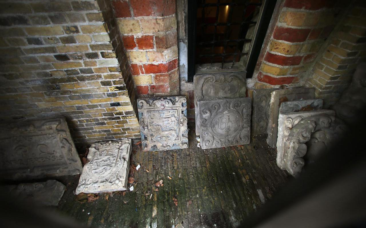 Historische gevelstenen liggen opgeslagen in de kelder van Museum Martena.