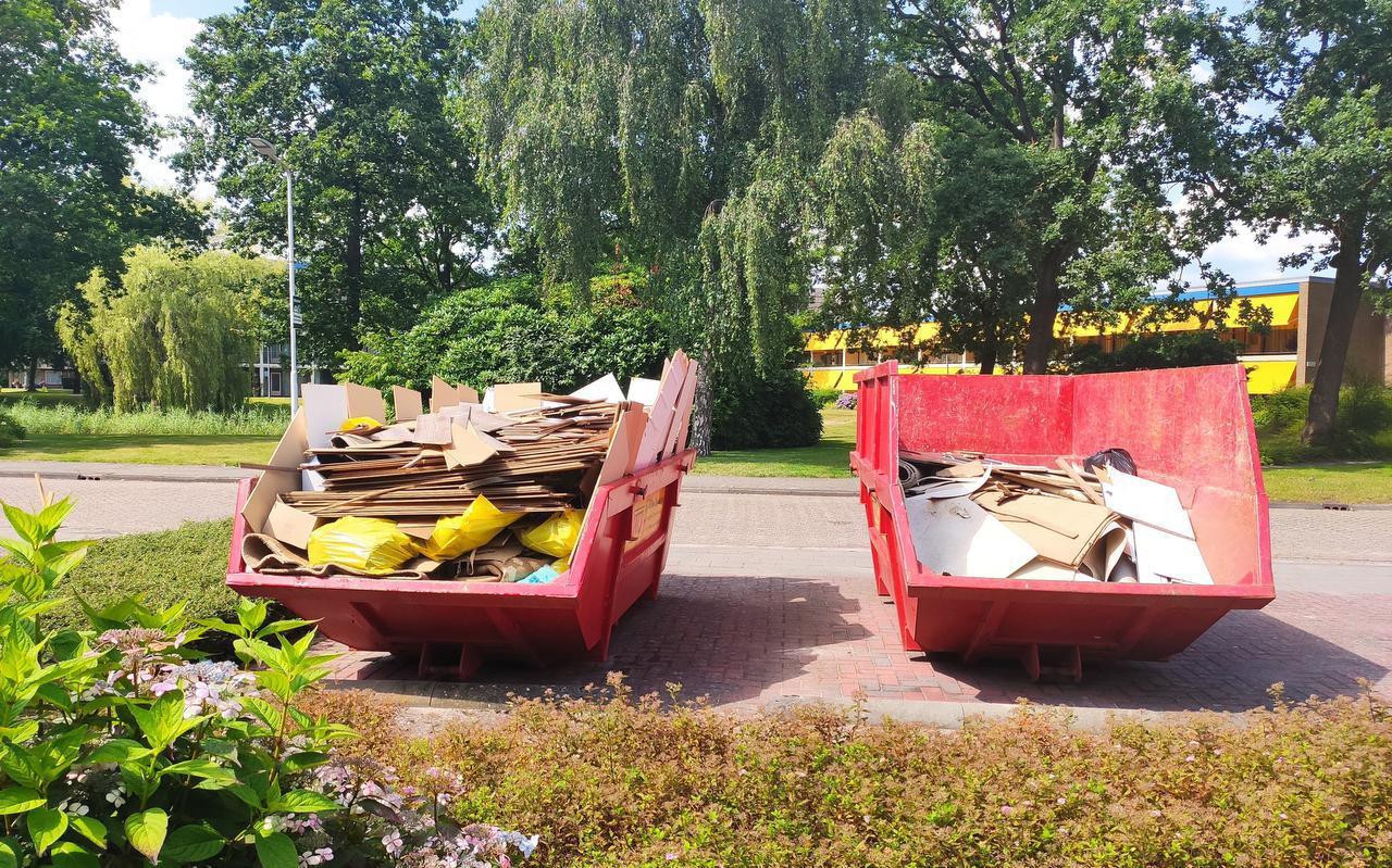 Achter het Sikkemahûs staan nog containers met verwoest laminaat en vloerbedekking.