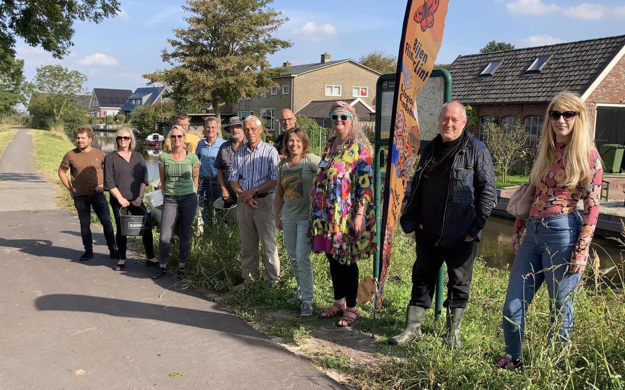 Margaretha Posthumus (derde van rechts) met vrijwilligers van BijenFlinterLint en het bijenproject Fryslân Zoemt tijdens een zaaiactie vorige maand bij Baard.