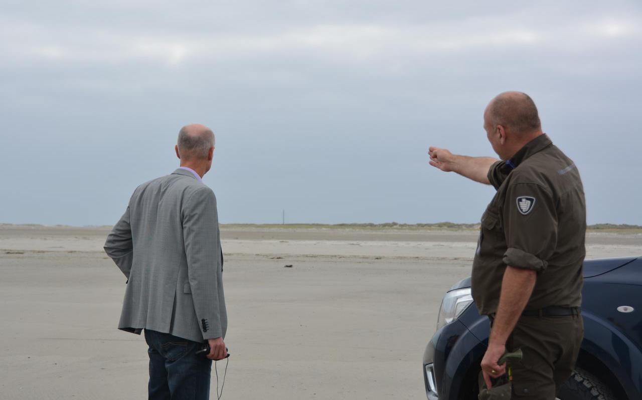 Demissionair minister Stef Blok (l) bezocht begin september Schiermonnikoog om poolshoogte te nemen bij het voorgestelde tracé-west.