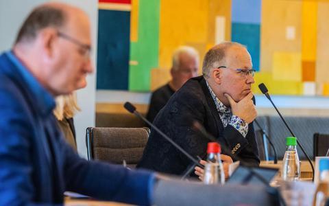 Voorzitter Pieter de Vries van de enquêtecommissie Empatec van de gemeenteraad van Súdwest-Fryslân. Links op de voorgrond commissielid Gert Schouwstra.