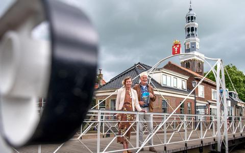 Janny van der Heide-Reijenga (l) en Bert Witteveen, auteurs van 'As ik de toer mar sjoch...'.