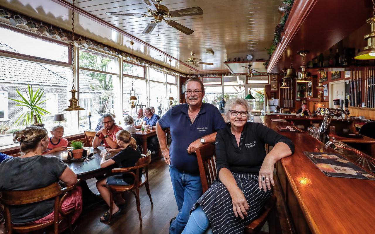 """Will en Afke Kuipers in hun Restaurant-Cafe Op Warns. ,,Met een eigen horecazaak kom je gemakkelijk op een werkweek van 70 tot 80 uur per week."""""""