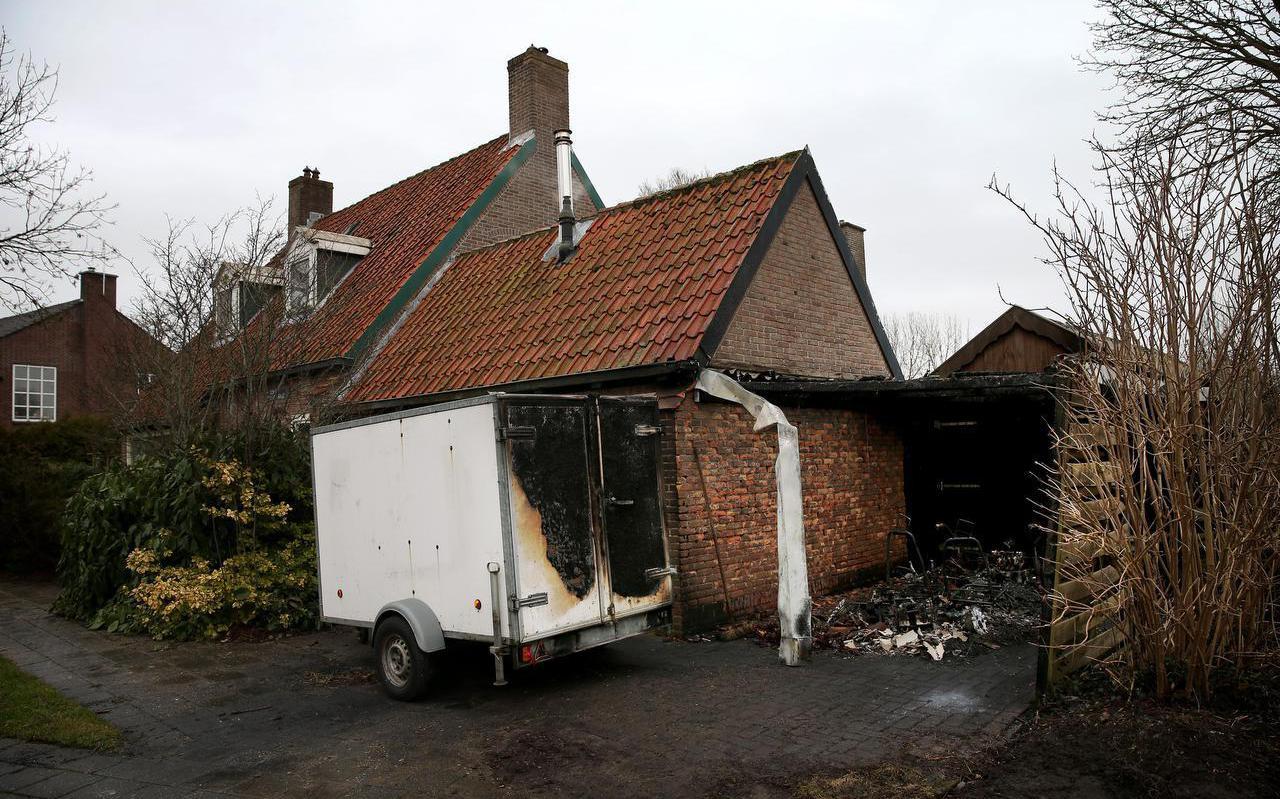 Uitgebrande carport aan de Koningin Julianastraat in Harlingen.In de stad is onrust ontstaan over eenreeks brandstichtingen.