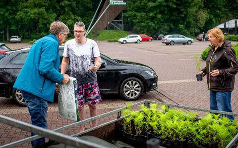 In Bakkeveen werd een bloemetje en een zak potgrond verstrekt na het laten zien van een foto van een gewipte tegel.
