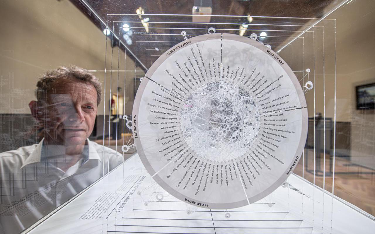 Programmamaker Arjen Nijboer van dbieb in Leeuwarden naast het kunstwerk 'Google's View', door kunstenaarsgroep La Loma Projects.