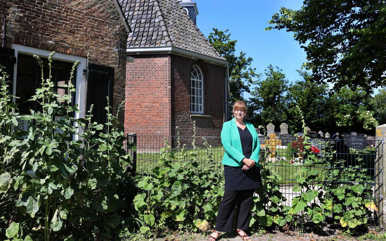 Petra Possel voor het kerkje in Gaast.