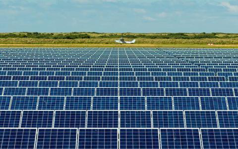 Het vliegveld van Ballum op Ameland met ernaast een groot zonnepark