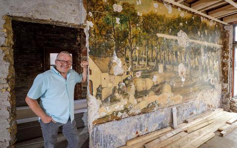 Henk de Kroon van Histoarysk Wurkferbân Gaasterlân bij de grootste muurschildering.