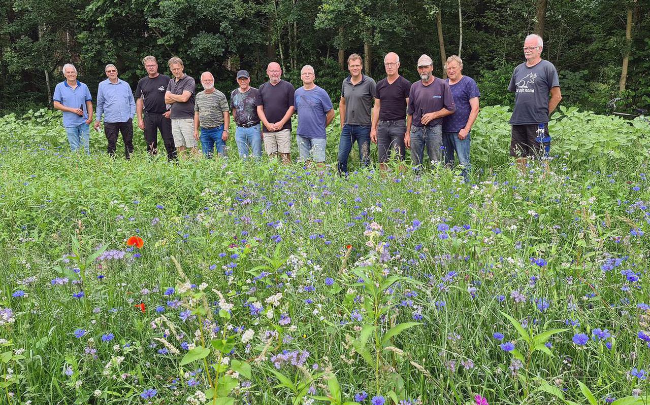 Een groot gedeelte van de vrijwilligersploeg van de Vlindertuun in Oldeholtpade op een rij. Uiterst links initiatiefnemer Freddie de Vries.