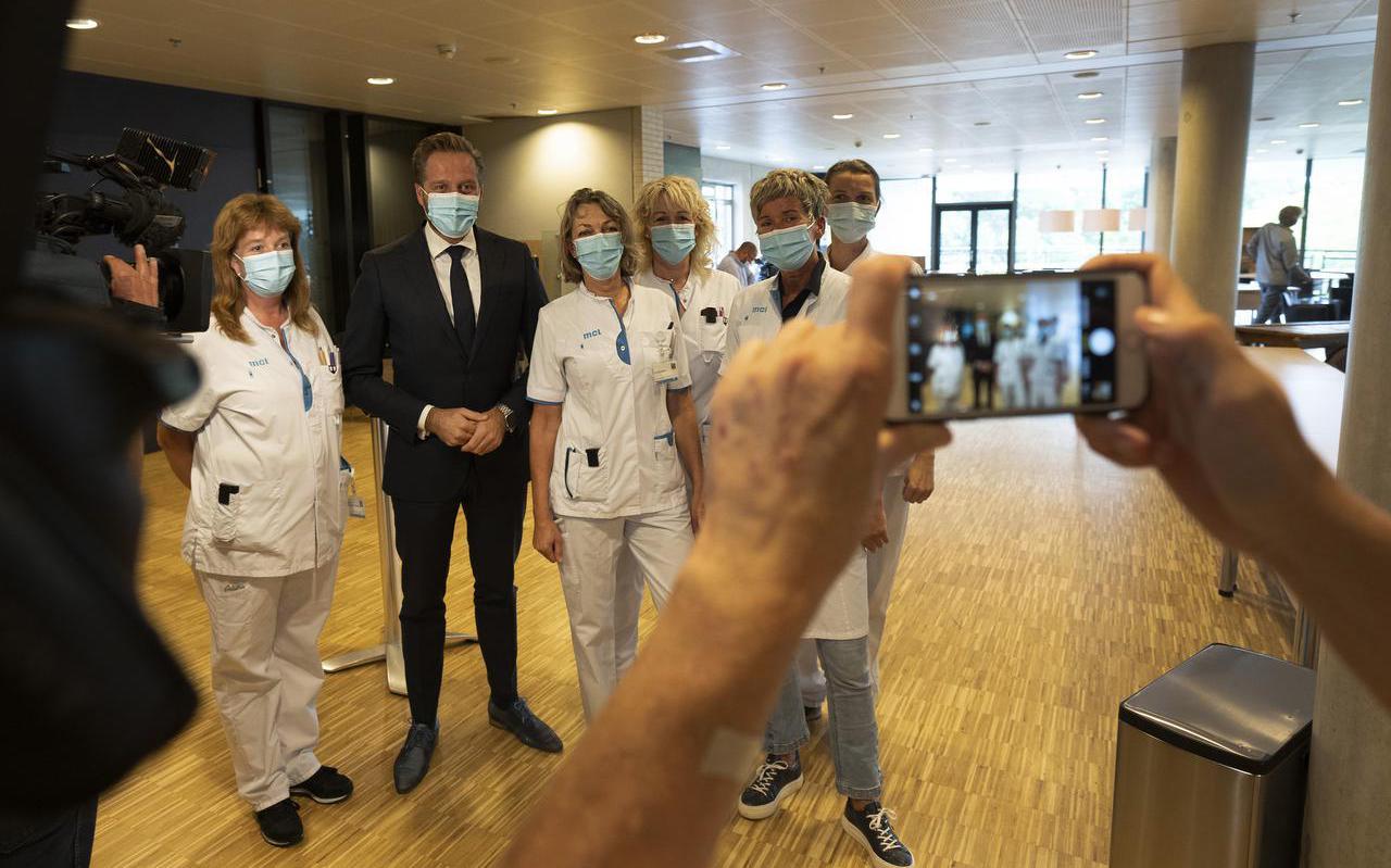 Ziekenhuispersoneel gaat op de foto met minister Hugo de Jonge, die donderdagmiddag een werkbezoek bracht aan het Leeuwarder ziekenhuis.