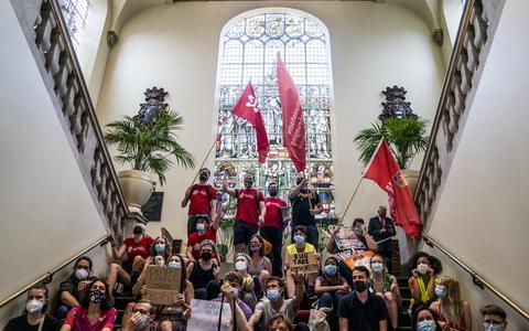 De actievoerders op de grote trap in het Academiegebouw.