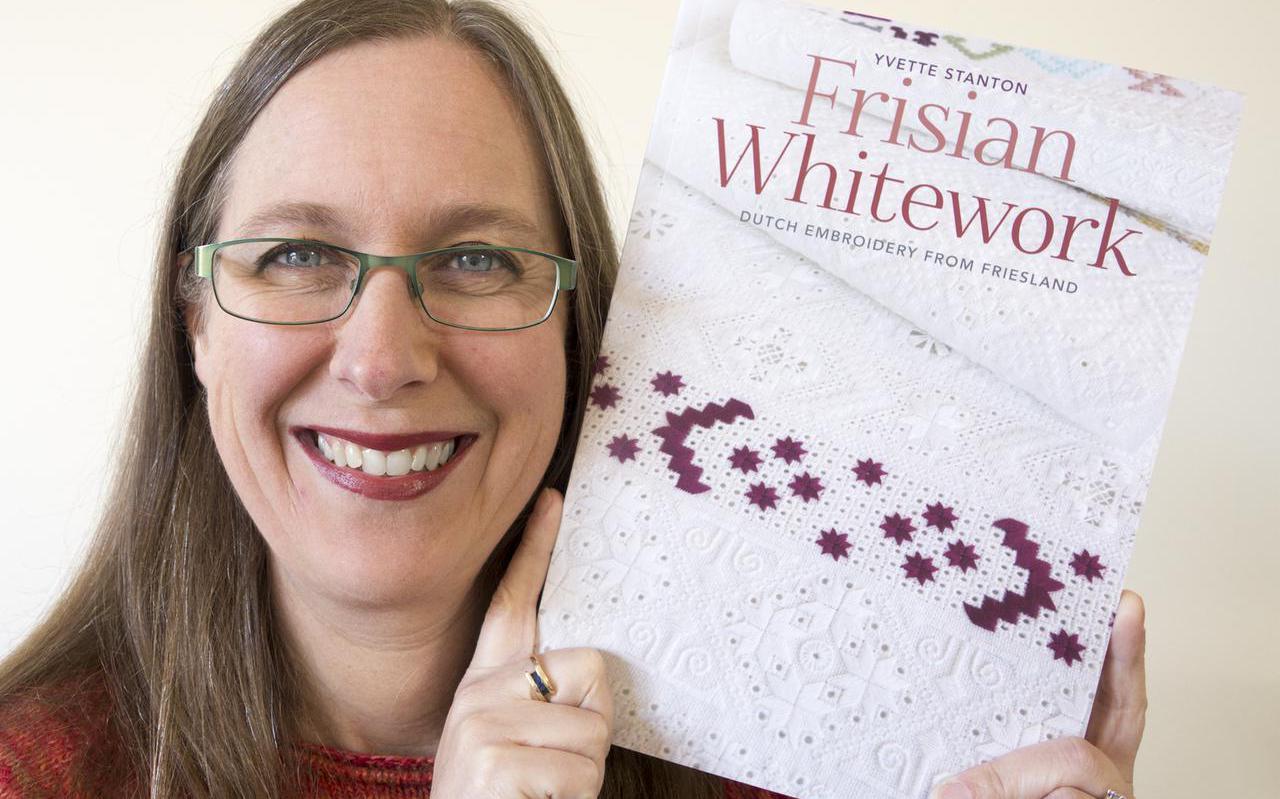 Australische borduurexpert Yvette Stanton met het pas verschenen handboek Frisian Whitework.