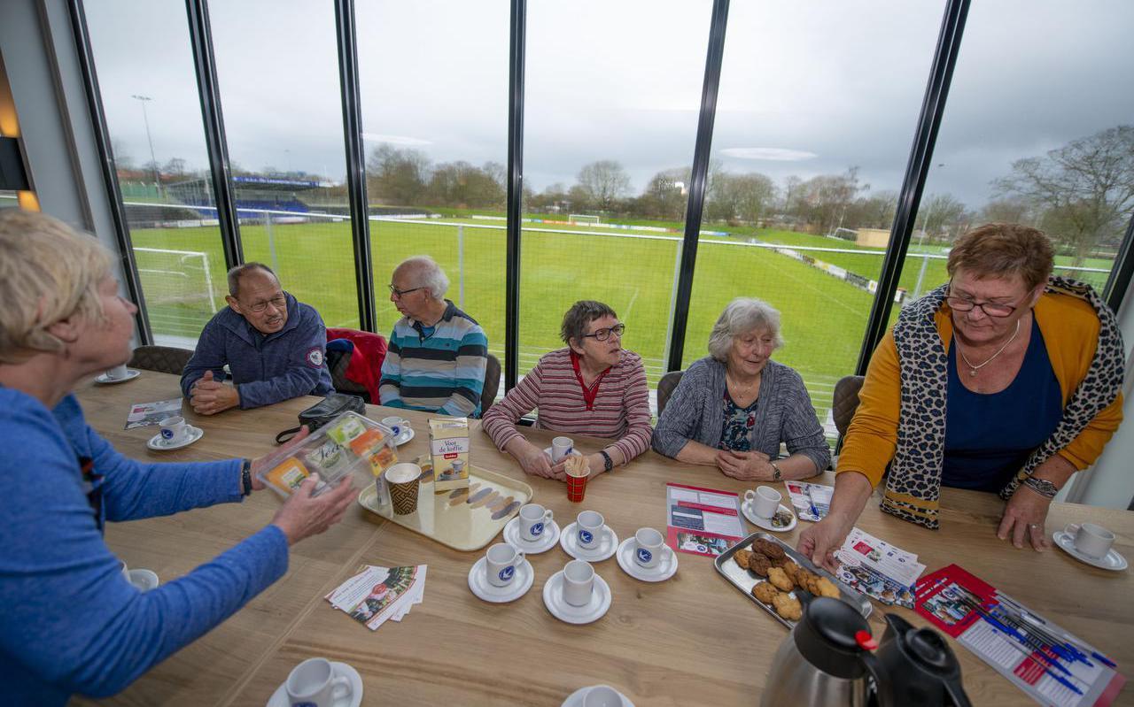 De sportkantine kan ook dienen als ontmoetingsplek voor ouderen, zoals hier bij Leeuwarden Zwaluwen.
