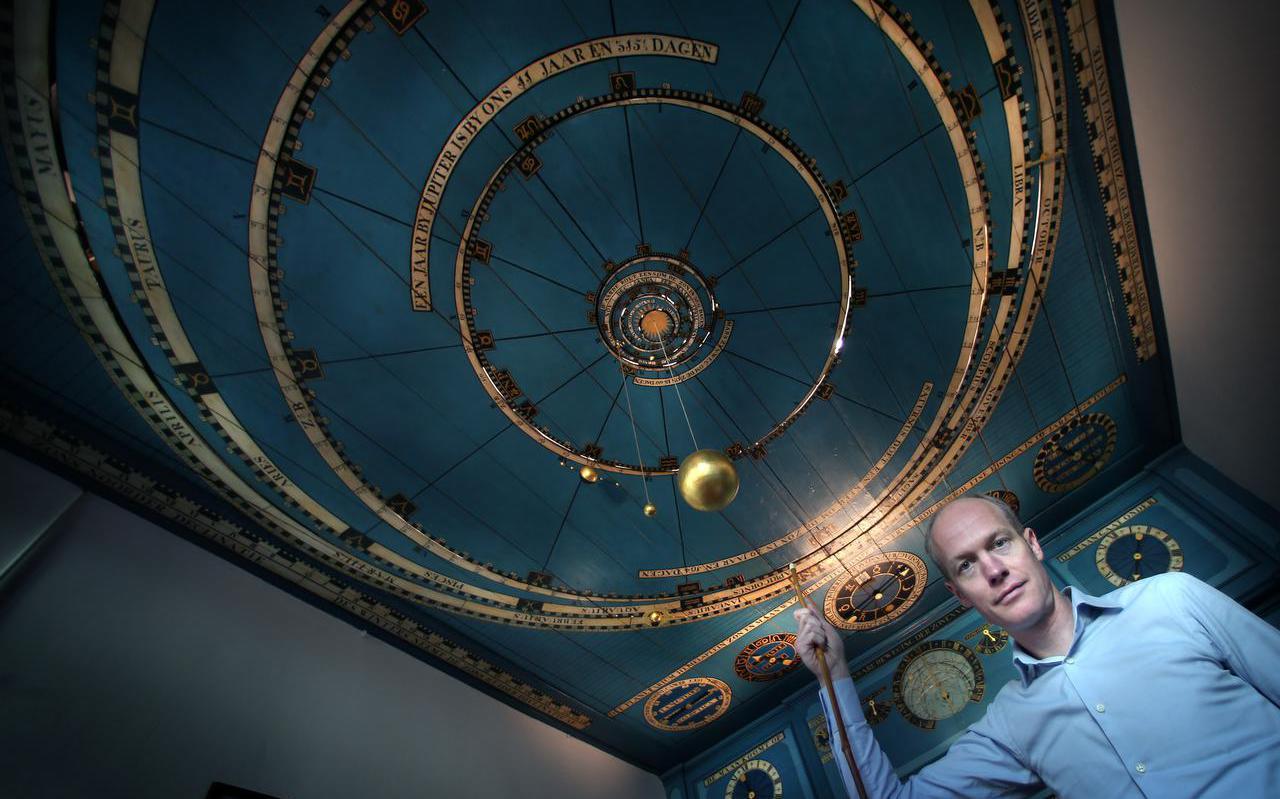Arjen Dijkstra in het Koninklijk Eise Eisinga Planetarium in Franeker.