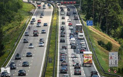 Vakantiefile op de A8 bij Irschenberg in Zuid-Duitsland. Transport over de weg zorgt voor 70 procent van de vervuiling in het transport.