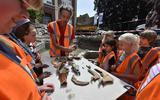 Anko Wieringa laat archeologische vondsten zien aan leerlingen van de Oldenije.