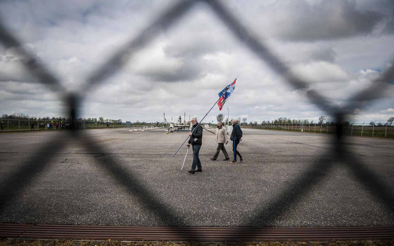 Demonstranten voeren in 2017 actie bij een boorlocatie van de NAM aan de Leegsterweg bij Warfstermolen. De actievoerders zijn tegen de plannen om gas te winnen door middel van fracken. Bij fracking worden water en chemicaliën onder hoge druk in de bodem gepompt om de laatste resten gas uit een gasveld te kunnen winnen.