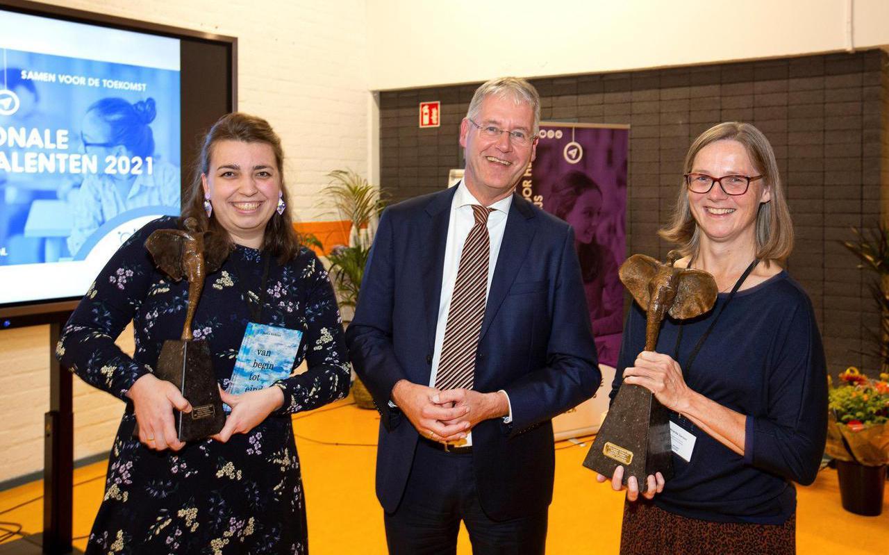 Saskia Schuitema (links) met demissionair minister Arie Slob van onderwijs. Rechts staat Miranda Jansen, winnares van de prijs voor voortgezet onderwijs. Zij ontwierp een lessenreeks voor wiskunde.