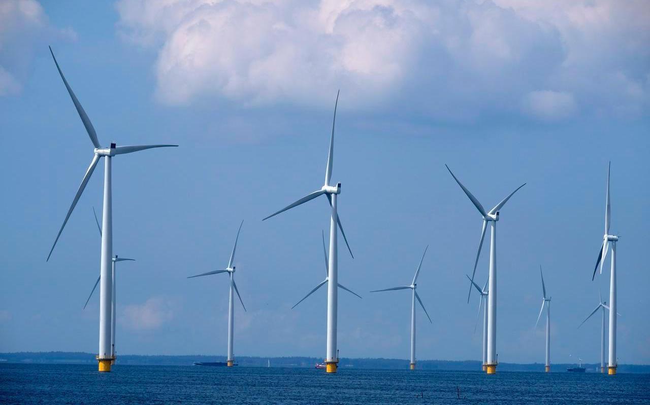 Windmolenpark in het IJsselmeer. Afbeelding ter illustratie.