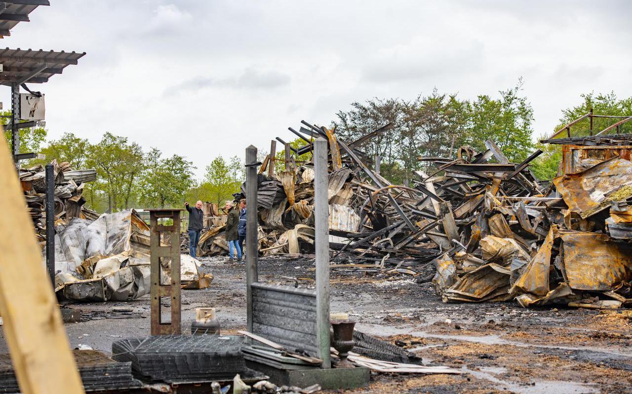 Van het houtbedrijf van Van der Wal bleef na de verwoestende brand bijna niets over.
