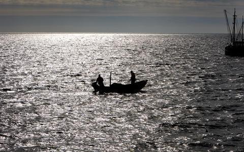 Vissers aan het werk op het IJsselmeer.