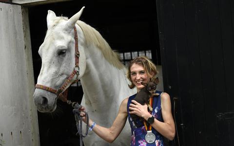 Marathonloopster Hinke Schokker in 2018, met haar paard.