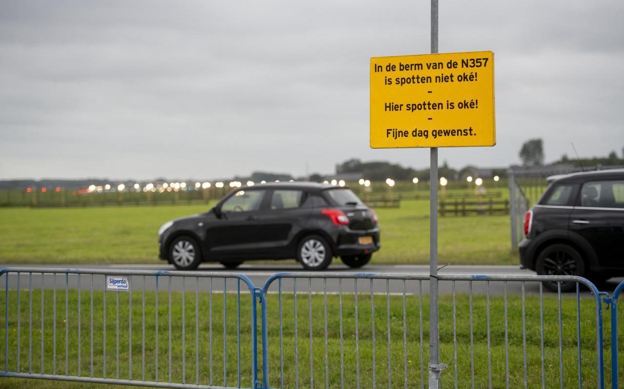 Dranghekken en een informatiebord moeten spotters bij de Vliegbasis Leeuwarden beletten de provinciale weg N357 over te steken.