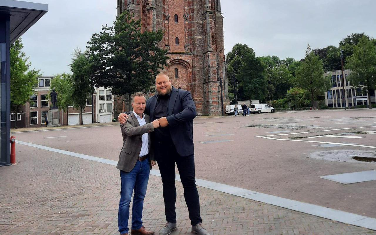 Johan Talsma (rechts) en Wybren van Haga eerder dit jaar op het Oldehoofsterkerkhof in Leeuwarden.