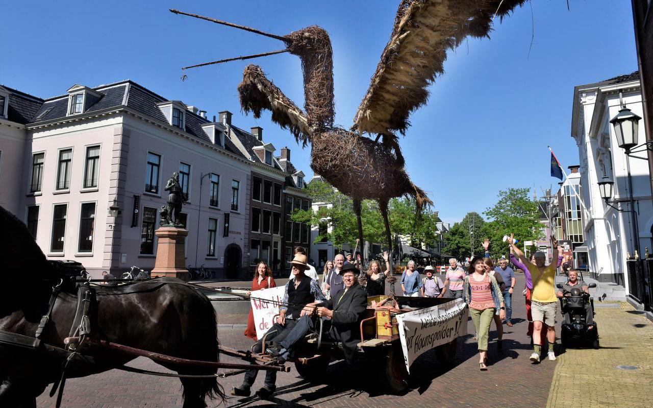 Tegenstanders van de bouwplannen bij Goutum verzamelden zich gisteren bij het gemeentehuis in Leeuwarden. Ze overhandigden handtekeningen voor het behoud van weidevogelparadijs Hounspolder