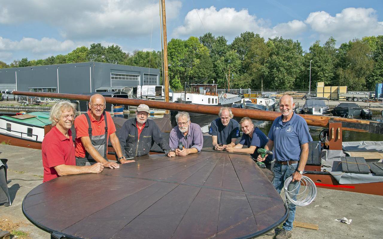 De vrijwilligers van het Skûtsjemuseum in Earnewâld restaureren eigenhandig het 100 jaar oude skûtsje de Risico, met geheel links technische kenner Sietse Bruinsma en rechts museumoprichter Age Veldboom.