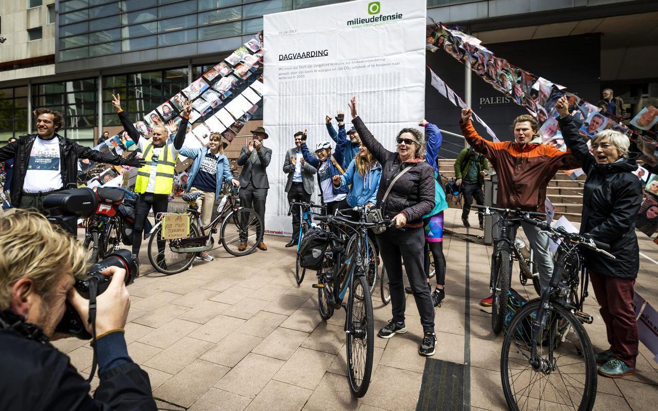 Fietsers kwamen vanuit het Friese Ternaard aan bij de rechtbank om Milieudefensie te steunen in de klimaatzaak tegen Shell.