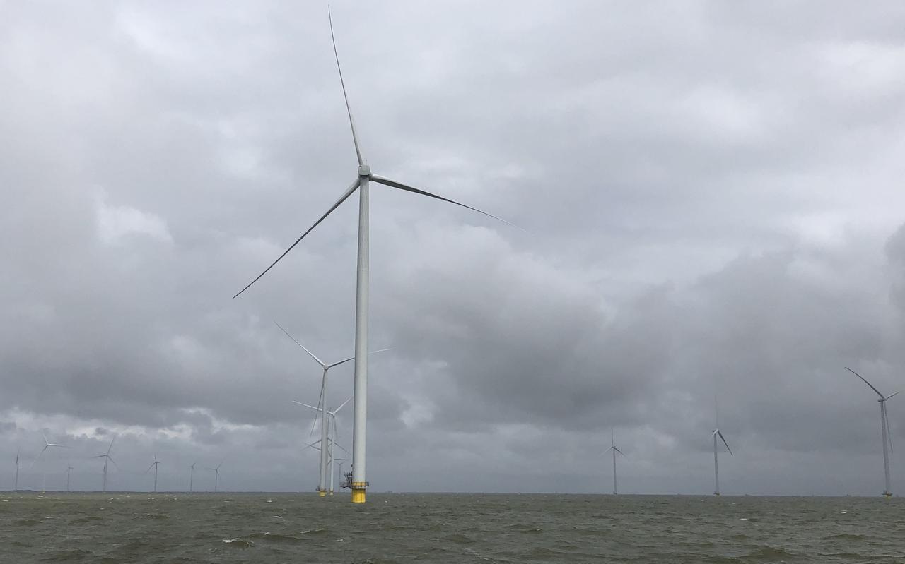 De bouw van Windpark Fryslân in het IJsselmeer.