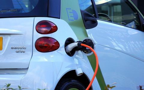 De razendsnelle groei van het aantal elektrische auto's is vooral te danken aan de lage wegenbelasting en aan de lage bijtelling voor de lease-rijders.