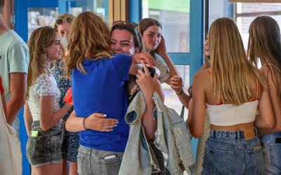 Examenleerlingen van het Marne College in Bolsward komen op school nadat ze de uitslag telefonisch hebben doorgekregen.
