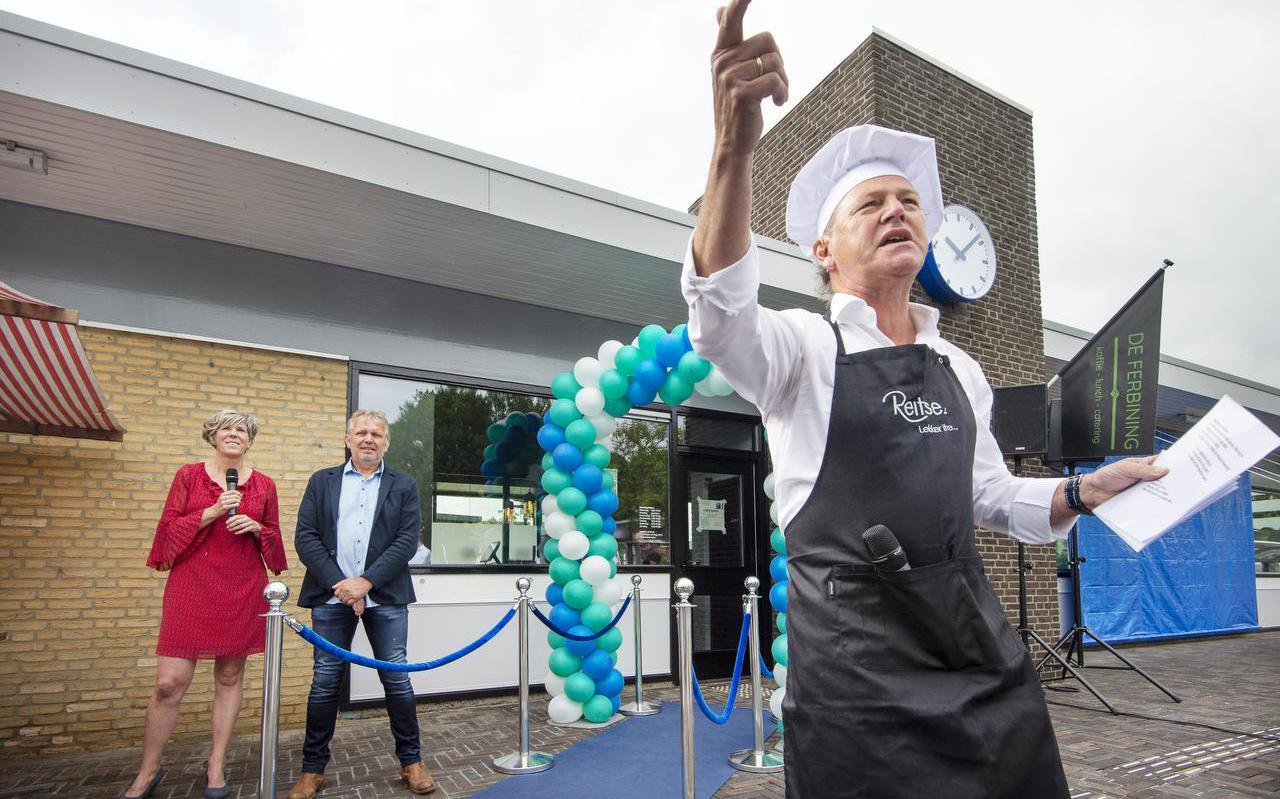 Tv-Kok Reitse Spanninga presenteerde gisteren de opening van koffie en lunchroom De Ferbining in het voormalige stationsgebouw in Feanwâlden. Op de achtergrond staan de initiatiefnemers Martina Tolsma en Gooitzen Hager.