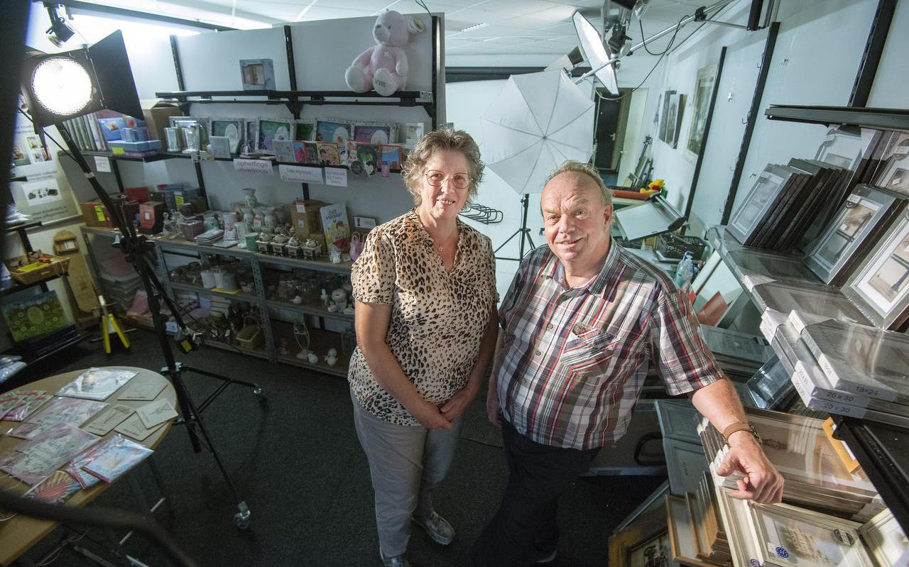 Wybe en Anneke Bosch in hun fotowinkel in Damwâld. Na bijna veertig jaar sluiten de deuren.
