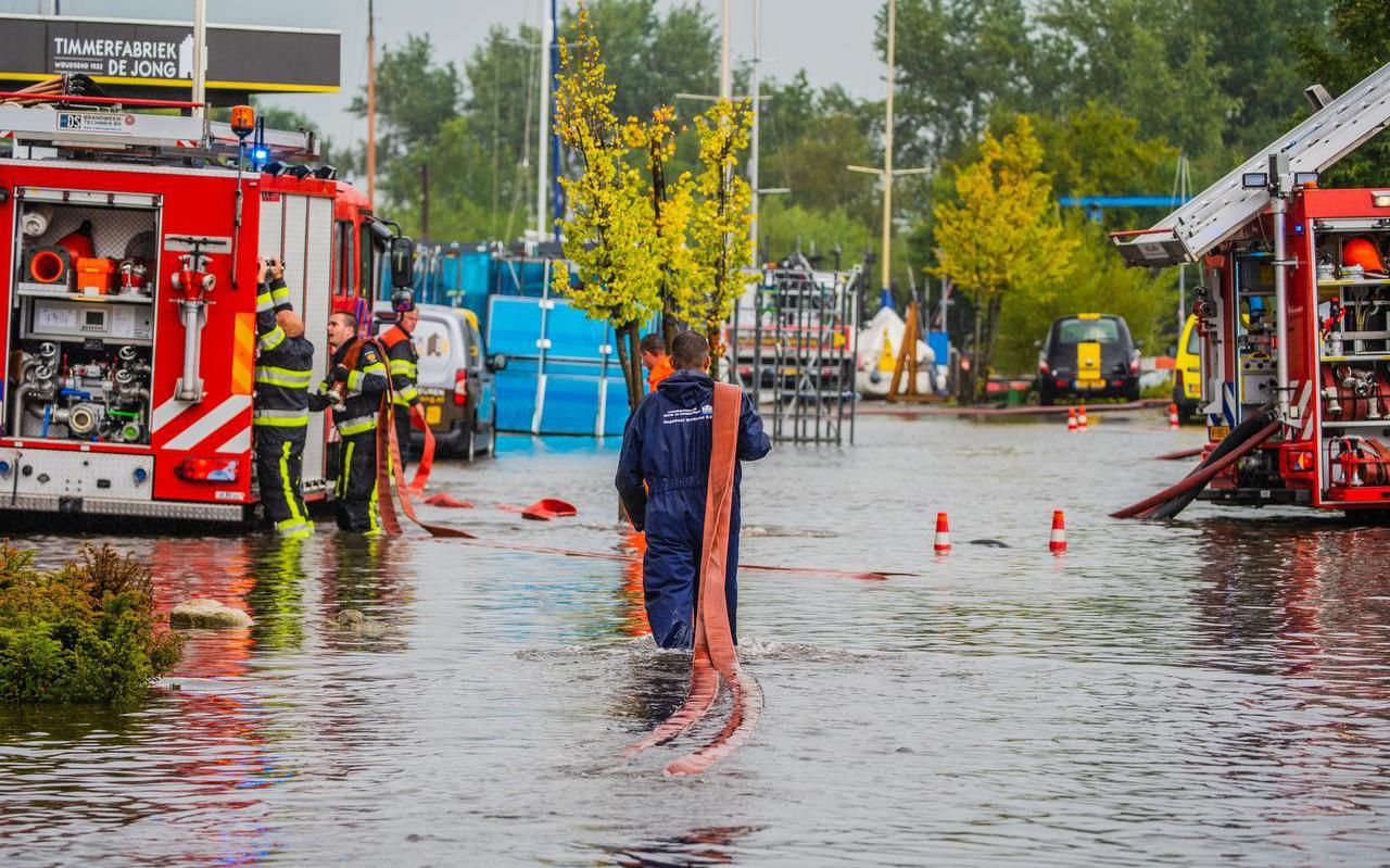 Bij de wateroverlast in augustus in Woudsend rukte de brandweer massaal uit.