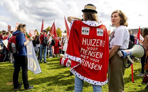 Een massa die in opstand komt, zoals hier bij het Woonprotest in Amsterdam.